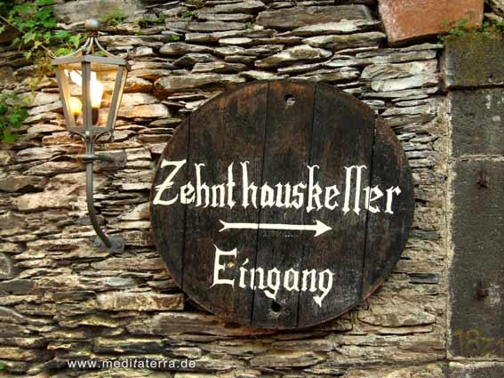 Schild und Laterne am Eingang zum Zehnthauskeller in Beilstein an der Mosel
