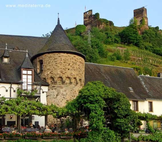 Beilstein mit der Reichsburg auf dem Berg und einem Weinlokal