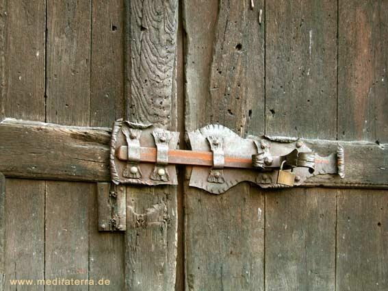 Holztür mit Schloss in einem romantischen Weinort an der Mosel