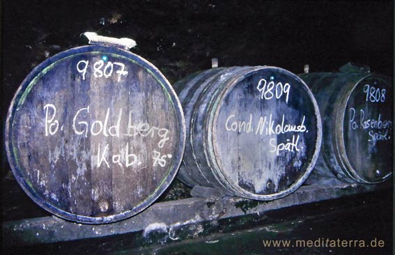 Drei alte Weinfässer in einem Weinkeller an der Mosel
