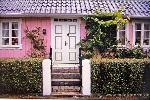 Rosa Holzhaus im schwedischen Künsterlort Arild - mit schöner Haustür