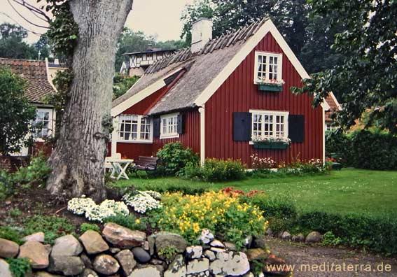 Falunrotes Holzhaus mit Garten