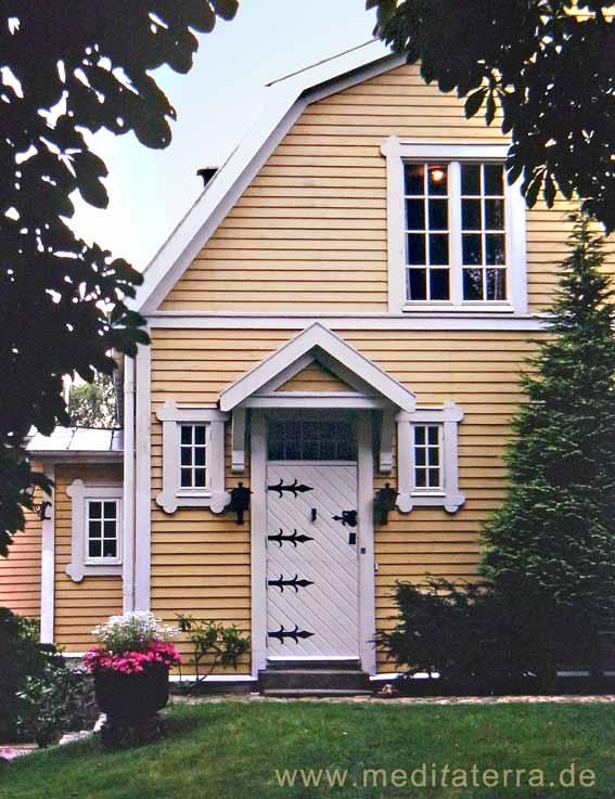Mit herrengelber Farbne gestrichenes Holzhaus in Schweden