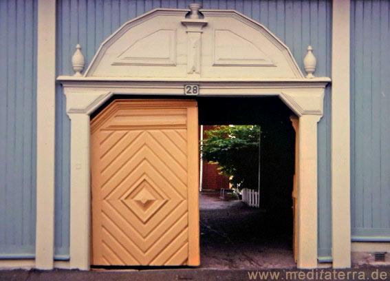 Eingangsportal eines Holzhauses in der Stadt Exjö in Schweden