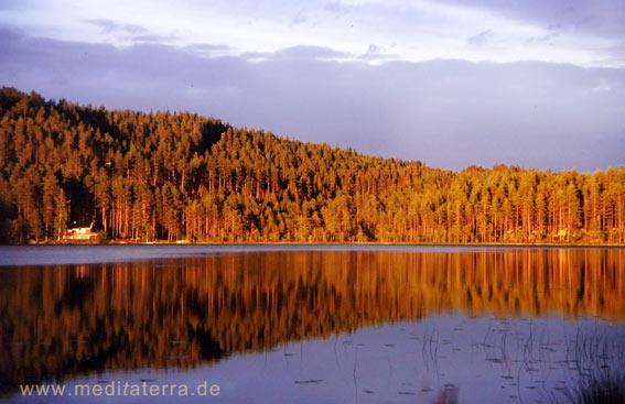 See mit schönem Spiegelbild in der Sonne - Schweden
