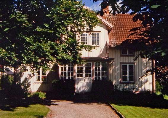 Holzhaus in Schweden - weiß gestrichen mit rosa Verzierungen