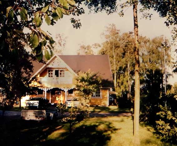Gelbes Holzhaus in Schweden mit filigranen Verzierungen