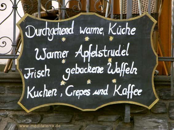 Schwarze Werbetafel eines Weinlokals an der Mosel - Kreideschrift