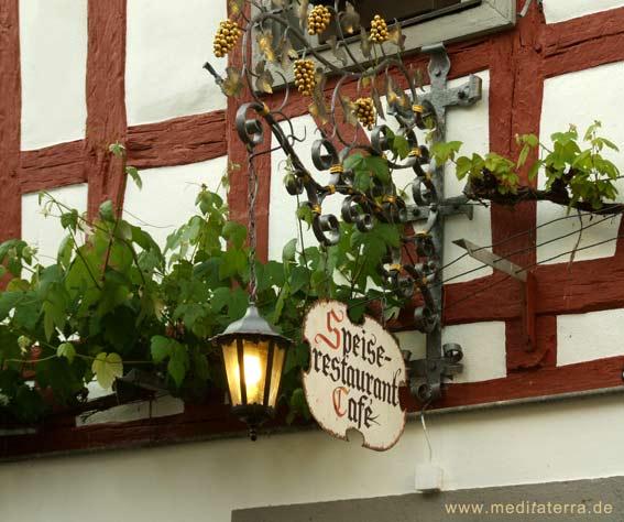 Fachwerkhaus mit Laterne und Weinlokalschild an der Mosel