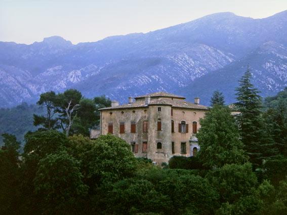 Montagne Saint Victoire mit Schloss Vauvenargues
