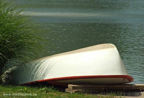 Umgekipptes Boot am Teich im Rosengarten von Zweibrücken