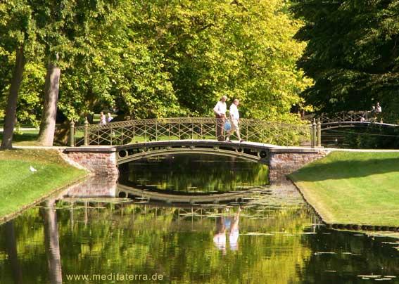 Rundbogenbrücke mit Spiegelung in Schwerin - Schlosspark