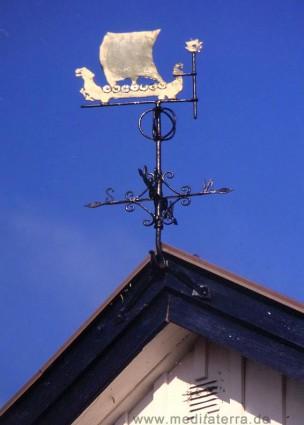 schwedisches Holzhaus, Wetterfahne, blauer Himmel