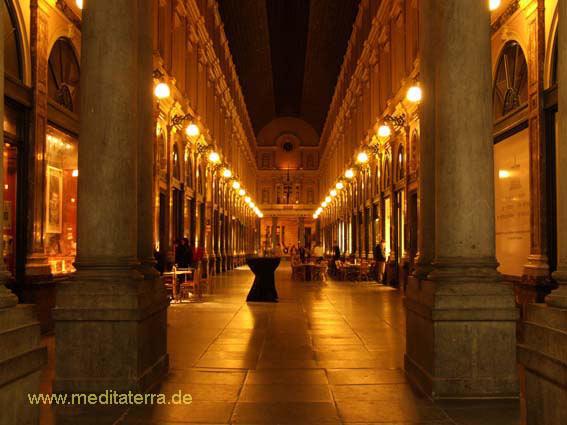 Brüssels Galeries-Royale Saint Hubert im goldenen Abendlicht