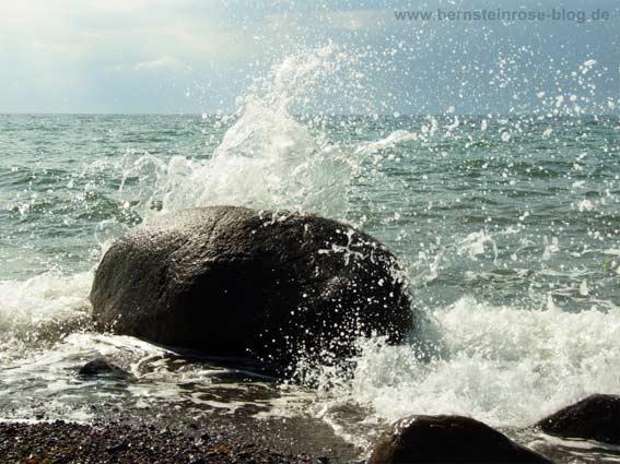 Achtsamkeitstraining: Sprühende Wellen mit großem Felsen. Meeresbrandung. Ostsee