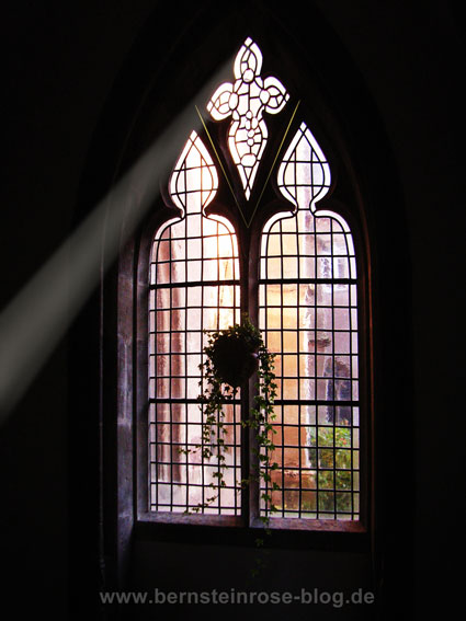 Klosterfenster mit Lichtstrahl: Achtsamkeitsmeditation