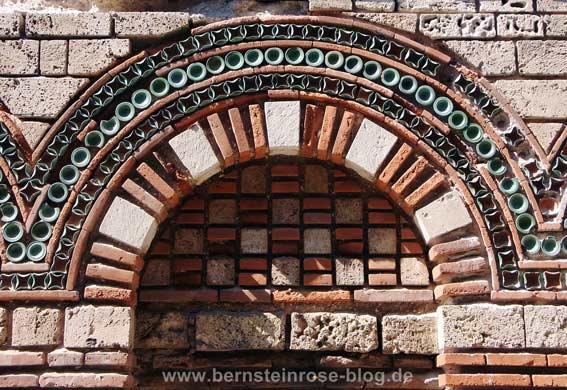 Rundbogen an einer byzantinischen Kirche in Nessebar (Bulgarien) am Schwarzen Meer - mit türkisen Keramikmosaiksteinen