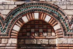 Kirche in Nessebar mit byzantinischem Bogenfenster