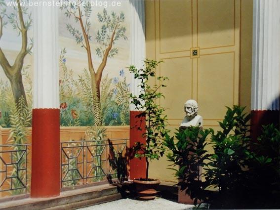 Pompejanum in Aschaffenburg: Blick in den Gartenhof (Viridarium) mit Wandmalereien, Skulptur, Säulen und Pflanzen