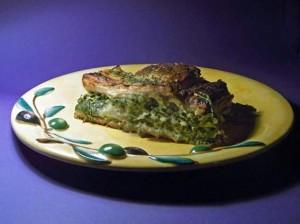 Spinat-Strudel auf gelbem Teller