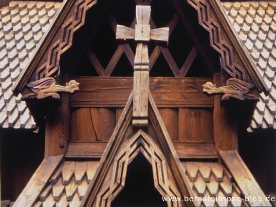 Stabkirche auf der Museumsinsel in Bygdoy bei Oslo / Norwegen - Architekturdetail mit Holzkreuz und Drachenfiguren - Achtsamkeitsmeditation
