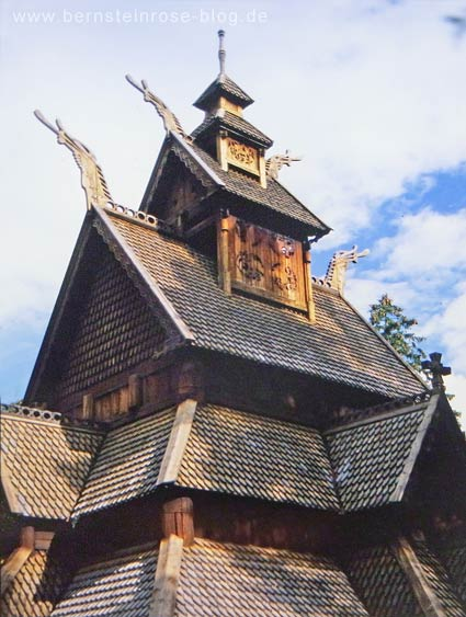 Stabkirche bei Oslo in Norwegen: Schindeldach mit Drachenfiguren. Museumsinsel Bygdoy