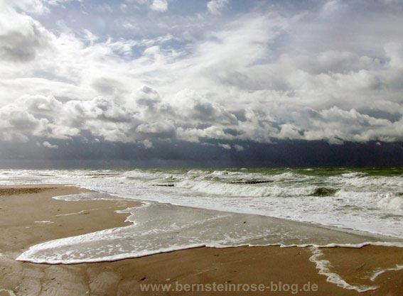 Meer mit Wolken und Wellen, die herausgestreckten Zungen ähneln, stürmische See mit Gicht und dunklem Horizont, Ostsee