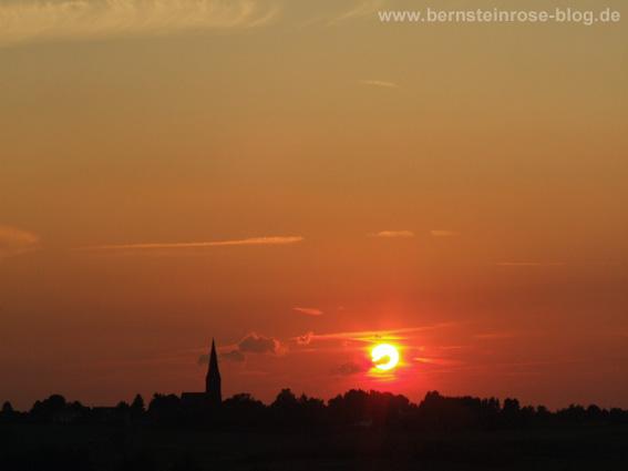 roter Sonnenuntergang Schattenriss eines Dorfweilers