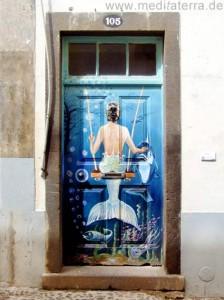 Madeira - Altstadt von Funchal: Künstlerisch gestaltete Tür in der Rua de Santa Maria, Seejungfrau auf blauer Tür