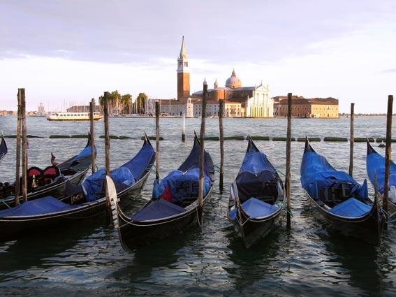 Fünf Venediggondeln im Gondelhafen gegenüber der Kirche San Giorio Maggiore