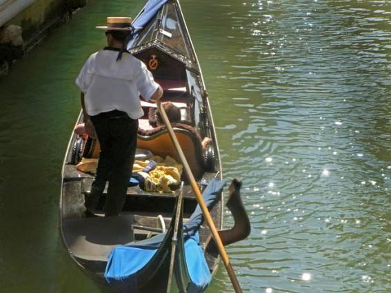 Gondoliere in Venedig - Gondel mit Menschen und Gondoliere mit Hut
