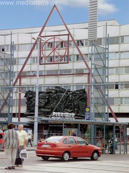 Leipzig: Seminargebäude der Universität mit Marxrelief und neuer Bauplanung nach der Wende