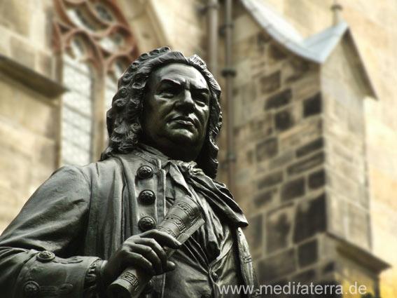 Denkmal Johann Sebastian Bach an der Thomaskirche Leipzig - Bach mit der Notenrolle in der Hand