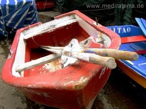 Die farbenfrohen Fischerboote gehören zum Flair der Insel Madeira
