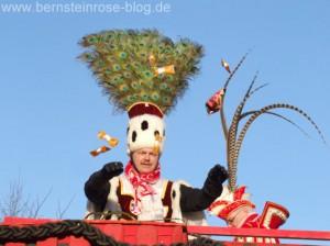 Karnevalsprinz mit Pfauenfedern auf dem Kopf, Karneval in Bad Honnef im Rheinland