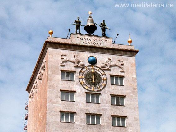 Glockenmänner auf dem Krochhaus in Leipzig mit Uhr