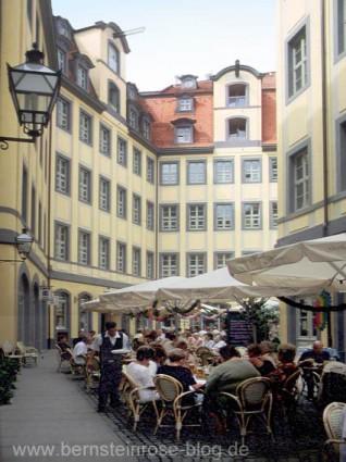 Barthels Hof mit alten Kranbalken und Restaurant in der Messestadt Leipzig