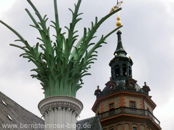 Säule der Nikolaikirche am Nikolaikirchhof in Leipzig mit dem Kirchturm im Hintergrund