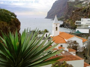 Kirche mit Küstenfelsen in Camara de Lobos auf Madeira