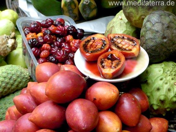 Tamarillo, Bauernmarkt, Baumtomaten und andere Früchte, Bauernmarkt Madeira, Fruchtteller mit aufgeschnittenen Tamarillo