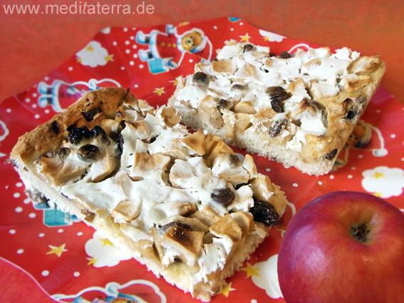Apfelkuchen für die Weihnachts- und Adventszeit mit rotem Apfel und rotem Weihnachtsteller