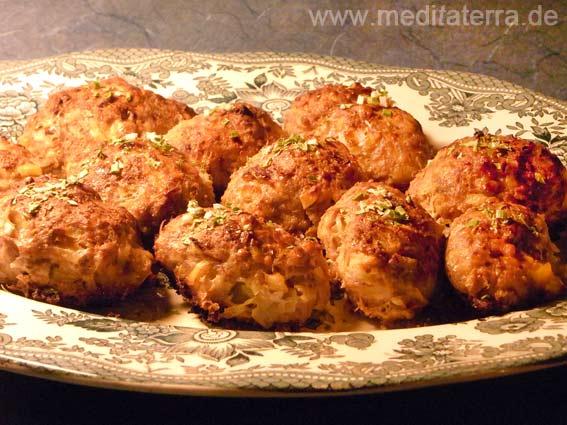 Teller mit Fleischklopsen zum Rezept: Klopse mit geriebenen Kartoffeln und Schafskäse