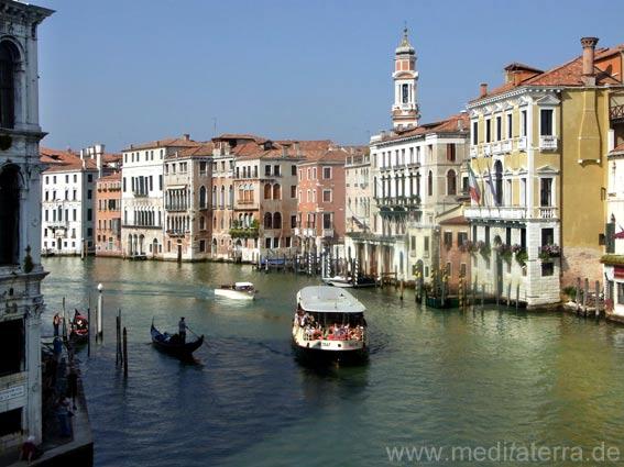 Palazzi am Canal Grande in Venedig – Blick von der Rialto-Brücke. Wasserbus und Gondel