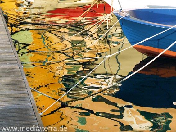 Fischerhafen: Spiegelung mit bunten Booten, Steg und Bootsseilen