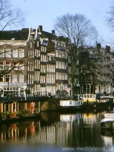 Amsterdam - Blick auf Stadthäuser und Grachten mit Spiegelung