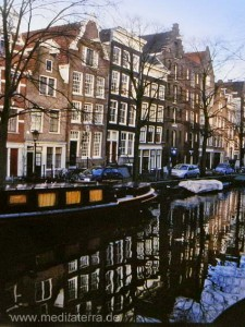 Amsterdam - Gracht mit Hausbooten und Stadthäusern - schöne Spiegelung
