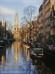 Amsterdam - Westerkerk - Gracht mit Grachtenhäusern und Spiegelung der Kirche