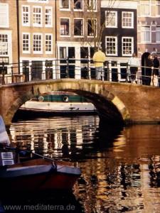 Brücke in Amsterdam mit Stadthäusern im Grachtengürtel