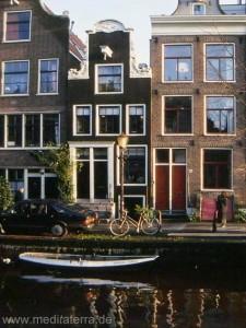 Amsterdam: Stadthäuser an Gracht mit Boot, Fahrrad