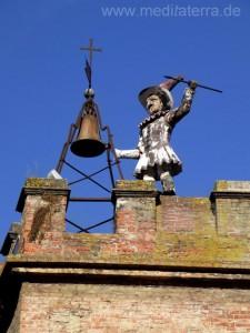 Glöcknerfigur auf dem zinnenbekrönten Torre de pulcinella in Montepulciano Toskana